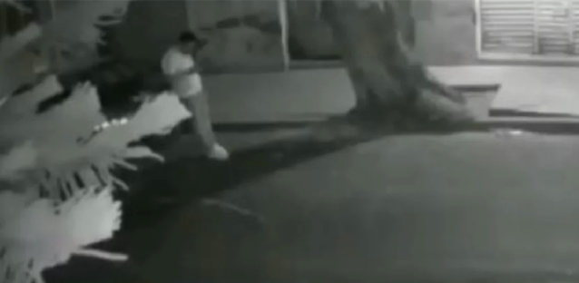 Video: A sangre fría mientras veía su celular a media calle 2 Sicarios se bajan y a quemarropa lo ejecutan y mientras se movía en el piso se dieron cuenta que seguía vivo y lo rematan