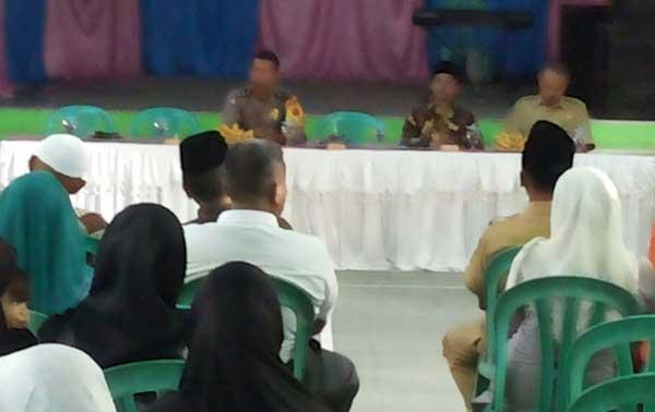 warga bojong cilimus protes pelantikan pamong desa