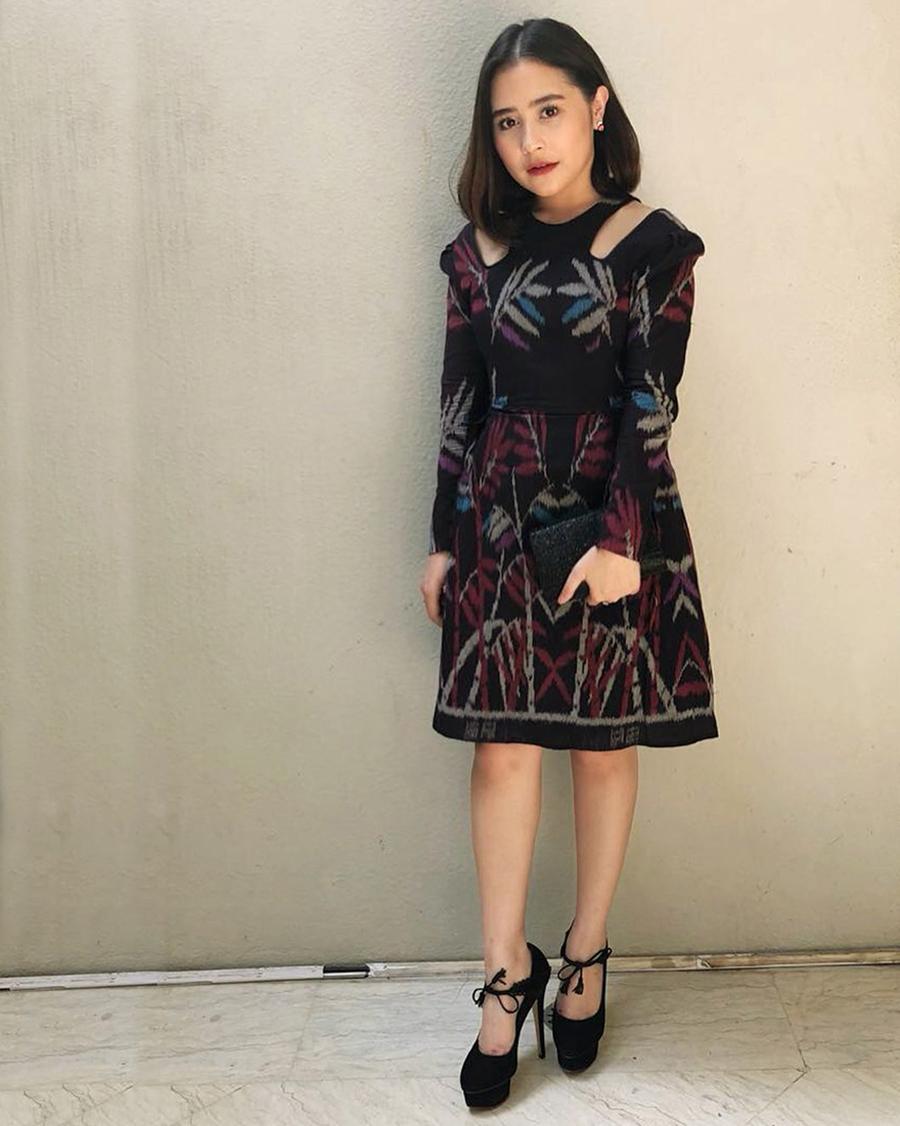 Prilly Latuconsina artis cantik dan imut baju hitam ketat