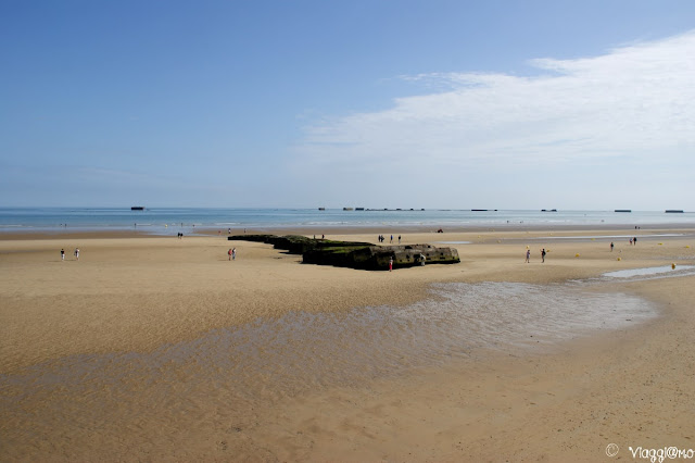 Resti del porto artificiale sulla spiaggia