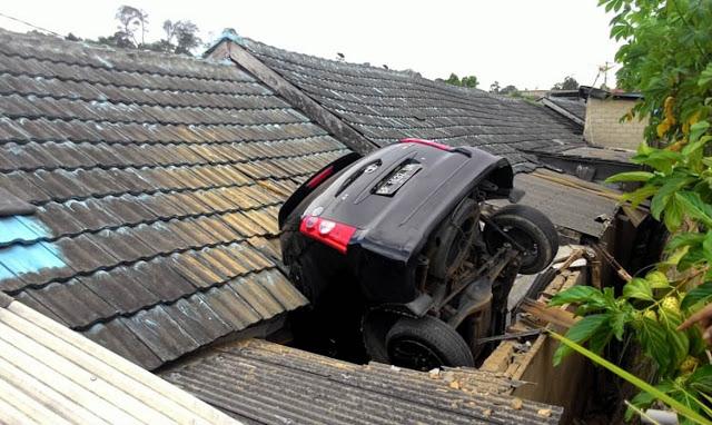 Wah!! Kok Bisa Mobil Ini 'Hinggap' di Atap Rumah Warga Ya?