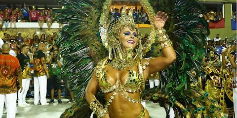 Viviane Araújo desfila como rainha-faraó pela Salgueiro