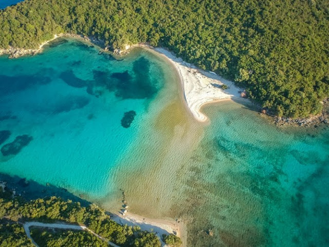 Στο Μουρτεμένο μπορείς να φτάσεις και περπατώντας εάν βουτήξεις στα ρηχά απ' την παραλία Μπέλα Βράκα