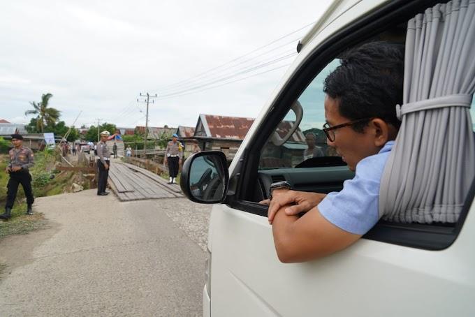 Sandiaga Uno Deg-degan Lewati Jembatan Kayu di Desa Tosora