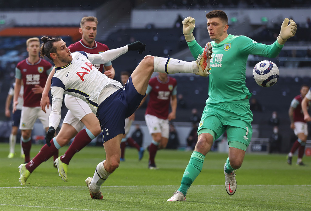 Gareth Bale of Spurs goes for the ball with keeper Nick Pope of Burnley during the Premier League match between Tottenham Hotspur and Burnley at Tottenham Hotspur Stadium on February 28, 2021 in London, England