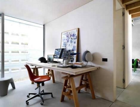 Escrivaninha com cavaletes de madeira