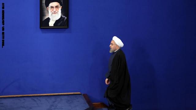"""فيديو روحاني يقطع صلاته خلف خامنئي يثير تكهنات """"خلافات"""" بين مغردين"""