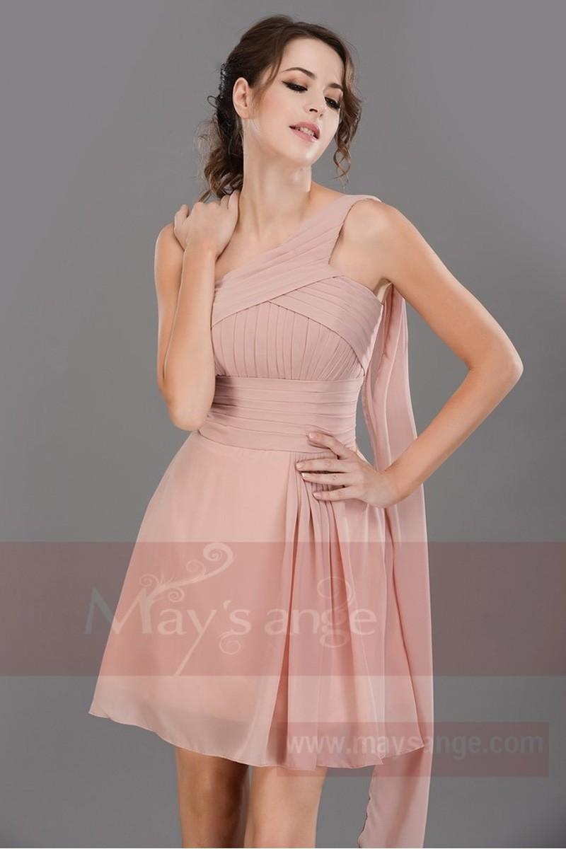 6fdcd6516f2bc Le blanc est réservé à la mariée mais un beau rose clair sera parfait comme  l explique cet article. A choisir en satin ou en taffetas pour un effet  brillant ...