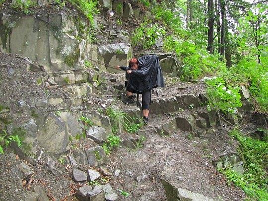 Fragment szlaku ubezpieczony łańcuchem na stokach Romanki.