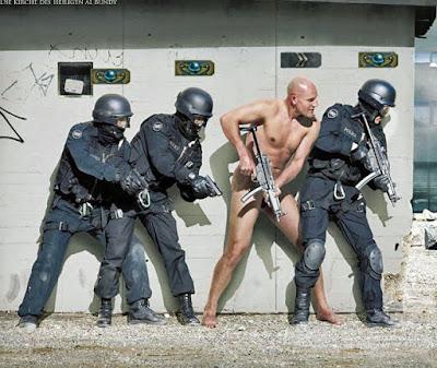 Sondereinheit der Polizei beim Training lustiges Bild