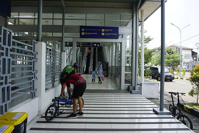 Melipat sepeda di Stasiun Balapan Solo