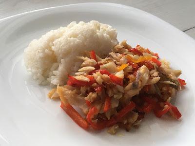 Wędzona ryba z papryką i ryżem