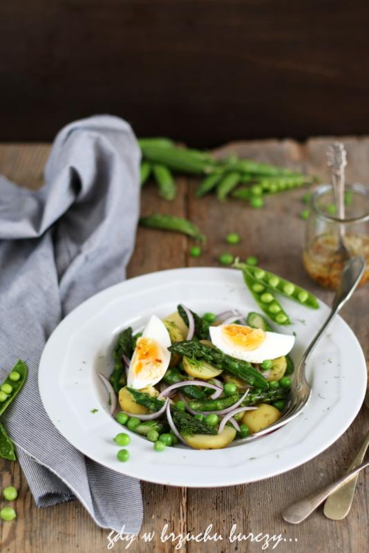 sałatka z ziemniakami, zielonymi szparagami, jajkiem i zielonym groszkiem