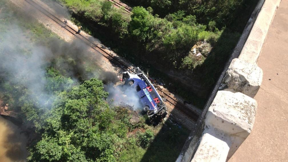 Ônibus cai de viaduto em João Monlevade-MG
