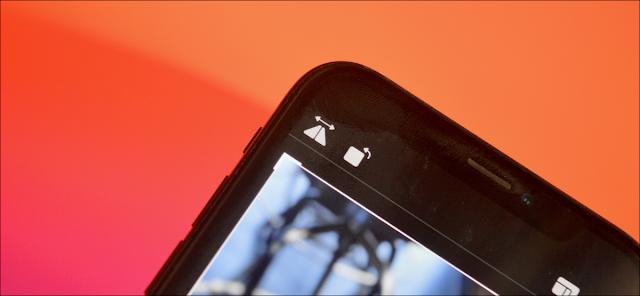مستخدم iPhone يقوم بتدوير صورة.