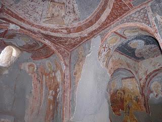 Pinturas en Agacalti Kilise o Iglesia bajo los árboles.