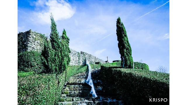 espiritu de mujer en lasa escaleras del cementerio de Aia