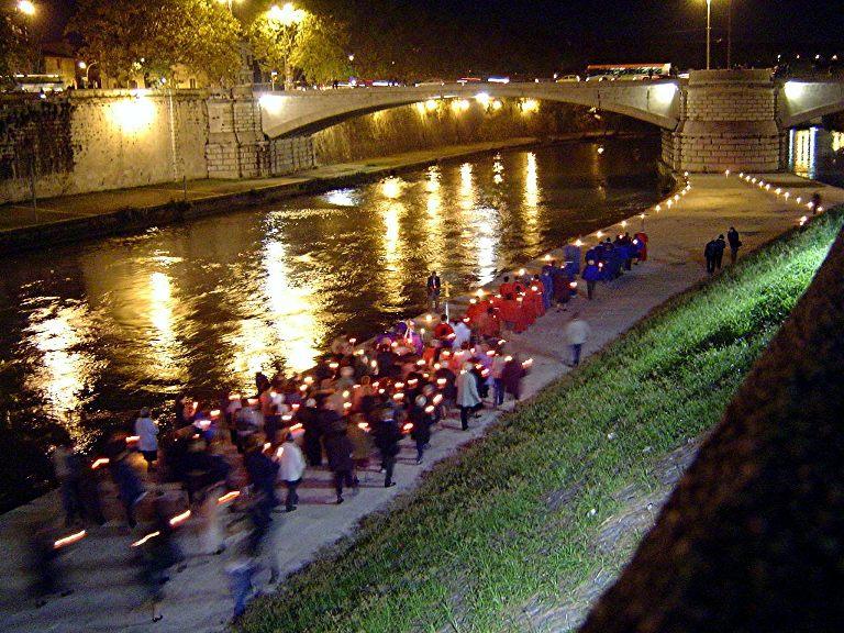 Tradizioni trasteverine: i Sacconi Rossi e la processione sul Tevere