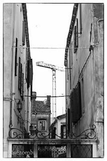 építkezési daru Velencében feketefehérben