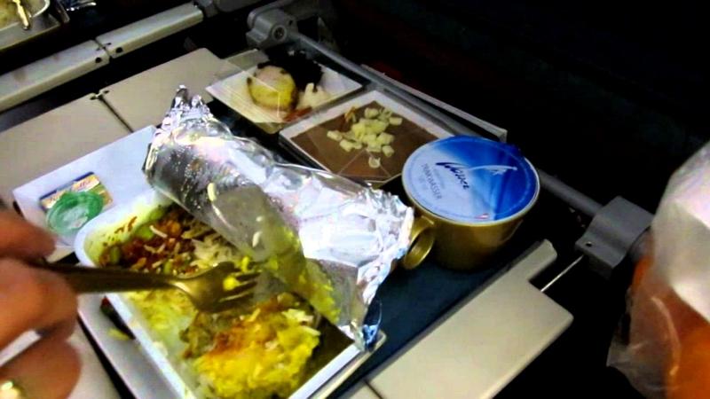 لماذا يكون مذاق الطعام سيئ أثناء الطيران؟