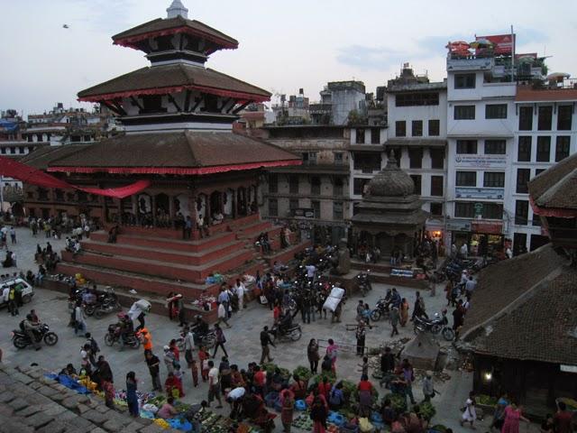 Templo Mohan Narayan; a su dcha., estatua de Garuda, y detrás, Kumari Bahal
