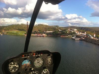 www.canionsxingo.com.br - Vista da aeronave em final de aproximação para o Restaurante Karrancas após realizar voo panorâmico sobre o lago de Xingó