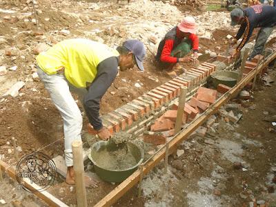 FOTO : Pemasangan pondasi rumah