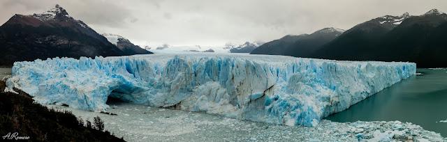 Hasta 70 metros de altura tiene el glaciar Perito Moreno en su pared central. Su avance invernal forma un puente de hielo que cada verano se derrumba reabriendo el flujo entre las dos masas de agua del Lago Argentino. Parque Nacional Los Glaciares (Argentina).