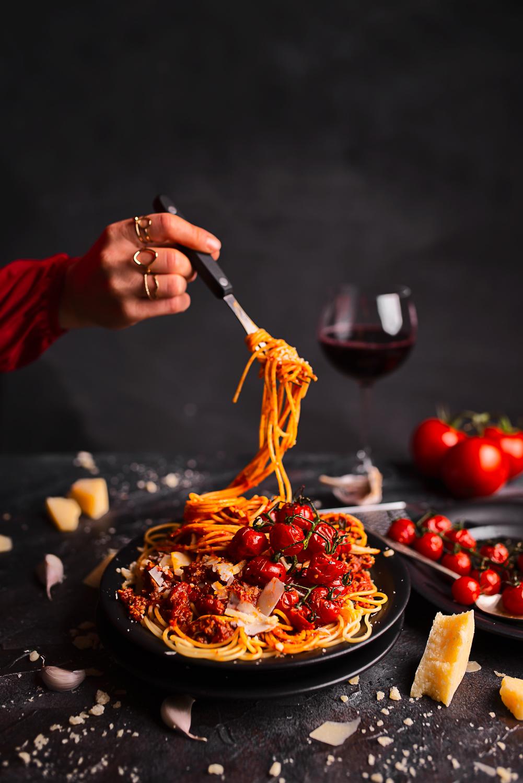 Najlepsze spaghetti z czerwonym winem, wołowiną i pieczonymi pomidorkami