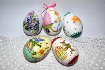 Styropianowe jajka 7cm oraz zajączki z wikliny papierowej.