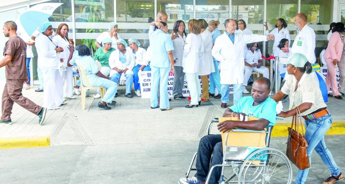 Médicos paralizan los hospitales y Gobierno los tilda de radicales