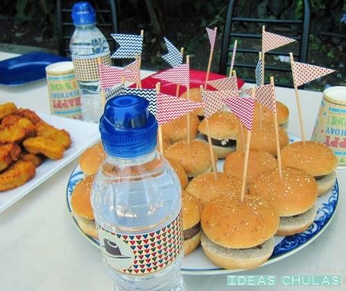 Mini hamburguesas con toppers y botellines con etiquetas