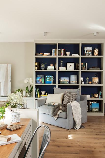 Estante para sala  decorada com fundo azul. Blog Achados de Decoração