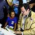 Governador visita garota de 8 anos que salvou os livros das enchentes