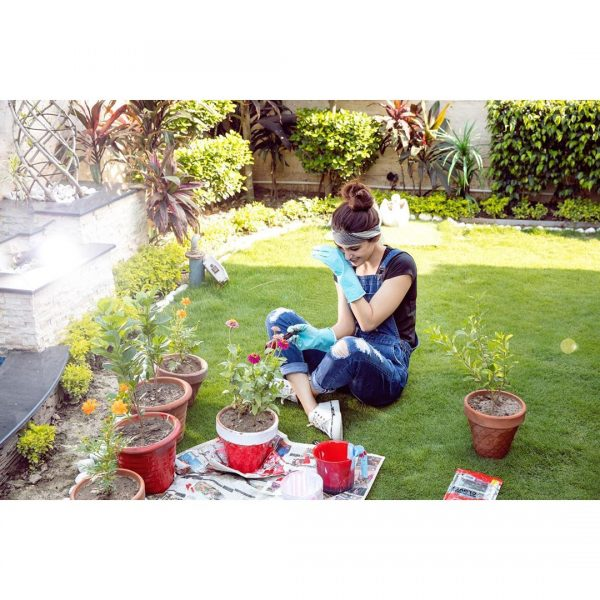 Actress Maya Ali Pictures while busy in Gardening