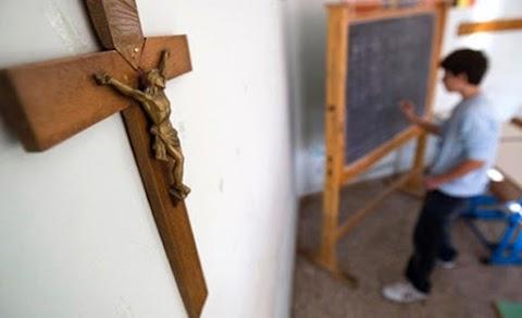 Feszület helyett térképet tenne a tantermekbe az olasz oktatási miniszter, az egyház tiltakozik