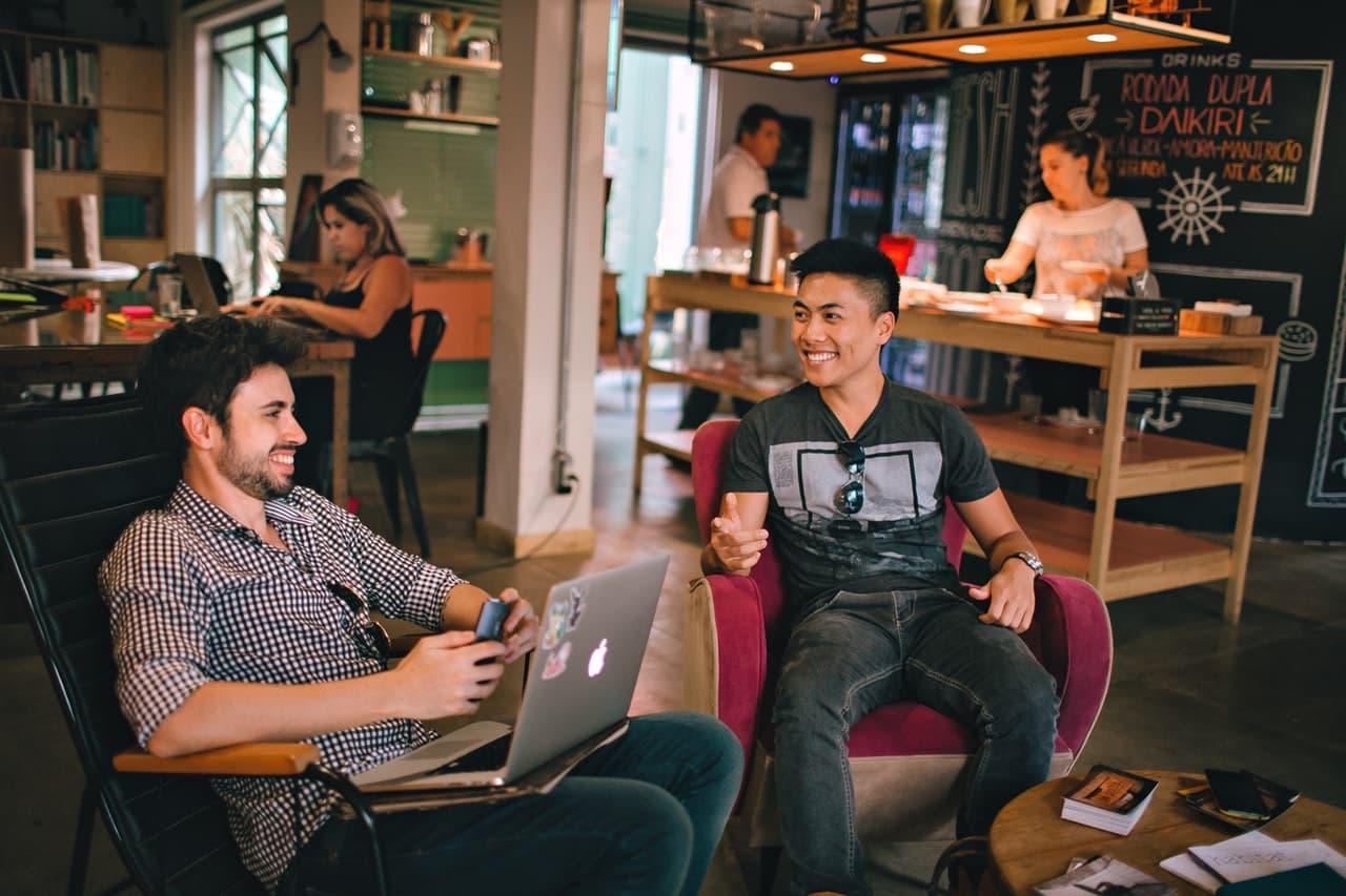 رجلين يجلسان في مقهى و يعمل علي الانترنت | كيف تستفيد من البقاء في المنزل بسبب الحجر الصحي لفيروس كورونا
