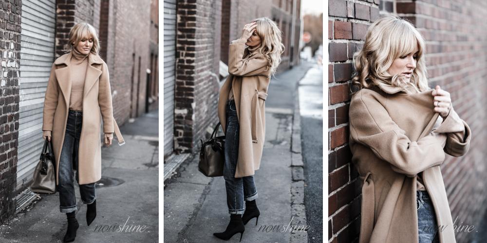 Ü40 Mode-Bloggerin Nowshine trägt einen Mantel und Rollkragenpullover in Camel dazu Jeans/
