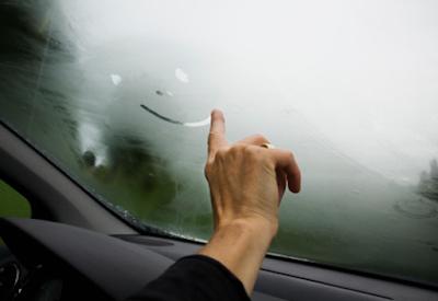 embun di kaca mobil