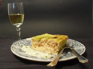 Pastel de merluza y puerros con salsa tártara.