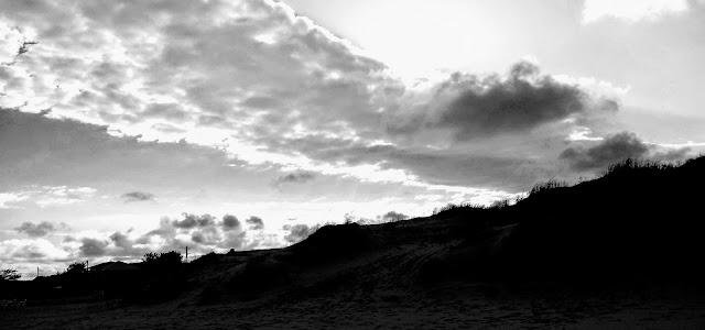 A foto mostra as nuvens se aproximando para a torrencial chuva na praia.