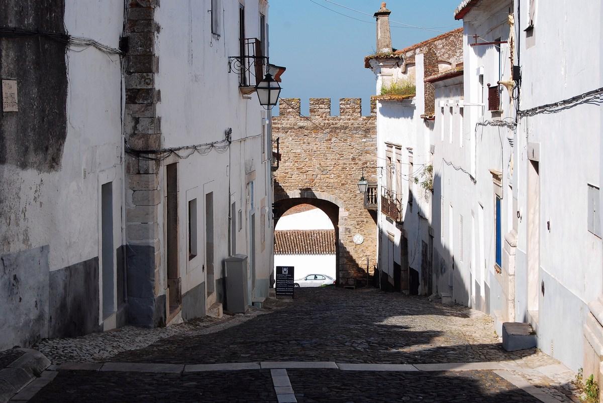 une ruelle en pente dans le quartier médiéval d'Estremoz
