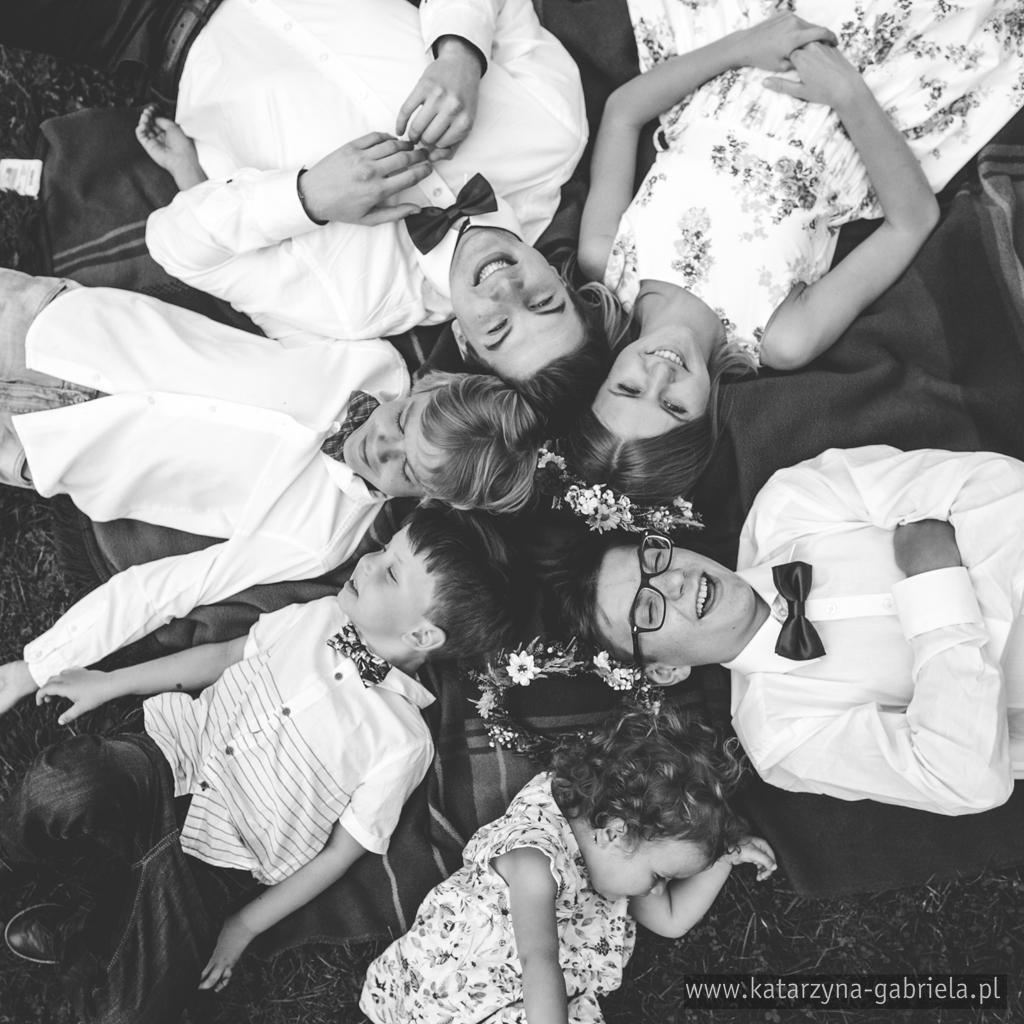 sesja dziecięca, sesja rodzinna, sesja stylizowana, retro, Nowy Wiśnicz, Stary Wiśnicz, Bochnia, fotografia okolicznościowa, artystyczna fotografia, naturalne zdjęcia, fotografia dziecięca i rodzinna, rodzinne zdjęcia, zdjęcia rodzeństwa, kuzynów, fotografia artystyczna Bochnia, wianek z kwiatów sesja ślubna, dziecięca, retro gadżety, stary aparat, walizki, katarzyna i gabriela fotografia, Kraków,