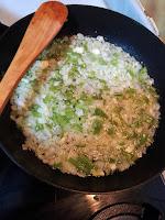 Sofrito de cebolla y pimiento verde.