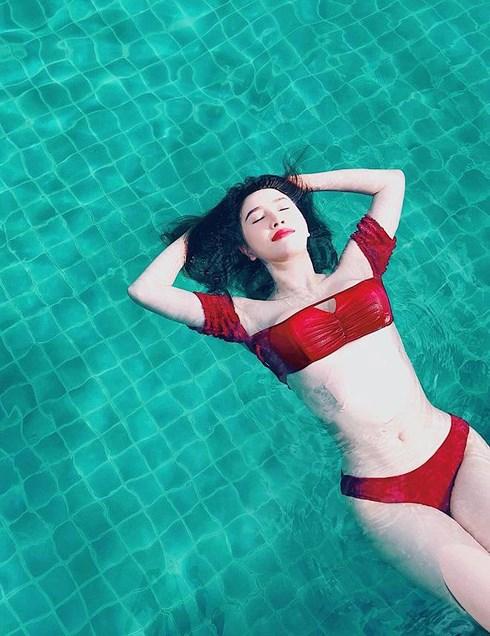 """Bảo Thy gây shock với body sexy, nóng bỏng """"vượt mặt"""" Ngọc Trinh ở tuổi 31"""