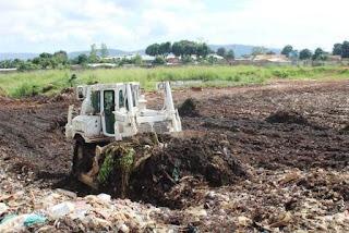 Satgas Kizi TNI Bantu Masyarakat Lokal Afrika Merapikan Sampah