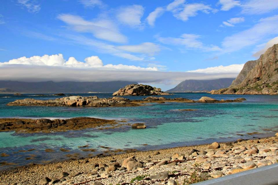 Aguas cristalinas frente a Henninsvaer, Islas Lofoten.