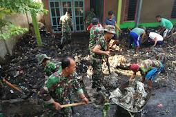 Dandim Lotim Kerahkan Koramil Jajaran Bantu Bersihkan Rumah rusak diterjang Angin Puting beliung