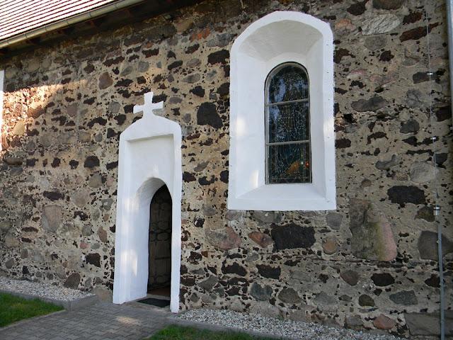 Jak wyglądają drzwi do zabytkowej świątyni w Studzieńcu?