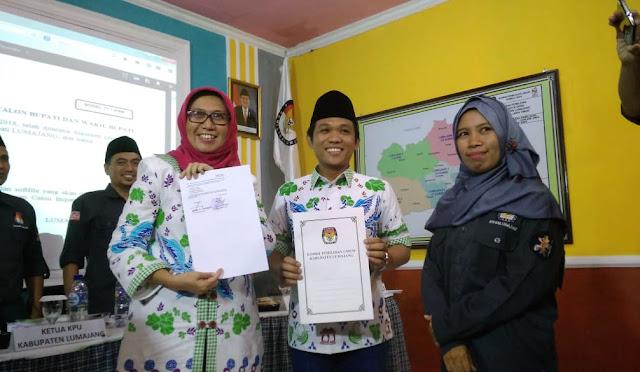 Pasangan calon dua, Thoriq – Indah saat mendaftar ke KPU